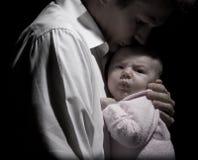 Bebé y su padre cariñoso Imagen de archivo libre de regalías