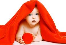 Bebé y toalla lindos Imagenes de archivo