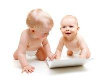 Bebés con la computadora portátil Fotografía de archivo libre de regalías
