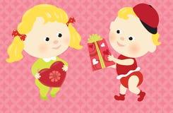 Bebés de la tarjeta del día de San Valentín que comparten presentes Fotos de archivo