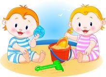 Bebés en la playa Fotografía de archivo libre de regalías