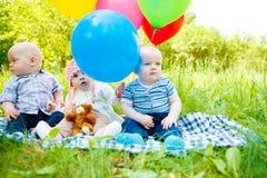 Bebés en parque Foto de archivo libre de regalías