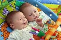 Bebés gêmeos Imagens de Stock