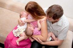 Bebés gemelos de amamantamiento en casa Fotografía de archivo
