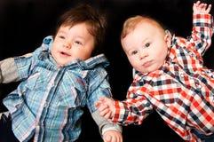 Bebés no preto imagens de stock royalty free
