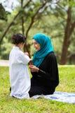 Bebê árabe da mãe imagem de stock royalty free