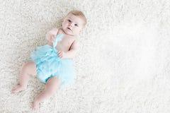 Bebê adorável na saia vestindo do tutu de turquesa do fundo branco Criança pequena bonito que ri e que sorri feliz foto de stock