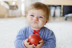 Bebê adorável pequeno que come a maçã vermelha grande Vitamina e alimento saudável para crianças pequenas Retrato da criança boni fotografia de stock
