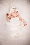 Bebê adorável que dorme com faixa do cabelo Imagens de Stock Royalty Free
