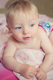 Bebê adorável que encontra-se na cama Foto de Stock Royalty Free