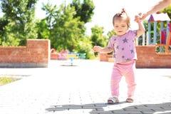 Bebê adorável que guarda a mão do ` s da mãe fotografia de stock