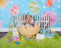 Bebê africano adorável que senta-se no ovo da páscoa gigante Imagens de Stock