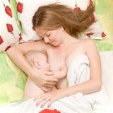 Bebê amamentando na cama Foto de Stock Royalty Free