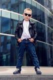 Bebê 7 - 8 anos nos óculos de sol Fotografia de Stock Royalty Free