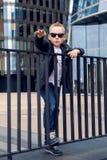 Bebê 7 - 8 anos nos óculos de sol Foto de Stock