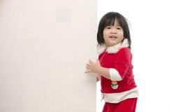 Bebê asiático bonito no traje de Santa com whiteboard Imagens de Stock