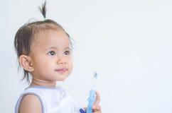 Bebê asiático com escova de dentes fotos de stock