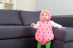 Bebê asiático com o traje do partido do Dia das Bruxas fotografia de stock