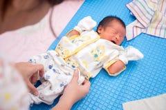 Bebê asiático de grito fotografia de stock