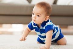 Bebê asiático pequeno doce fotografia de stock royalty free