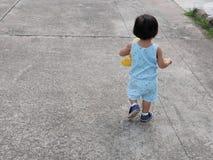 Bebê asiático pequeno que aprende e que pratica andar só imagens de stock