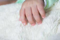 Bebê asiático que dorme na cama Fotografia de Stock