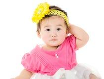 Bebê asiático que risca sua cabeça imagens de stock royalty free