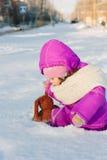 Bebê atolado na neve profunda fotos de stock royalty free