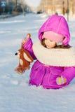 Bebê atolado na neve profunda imagem de stock