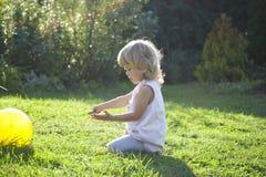 Bebê atrás do jogo fotografia de stock royalty free