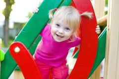 Bebê atrativo em um campo de jogos no verão Imagem de Stock