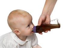 Bebê bebendo Imagens de Stock Royalty Free