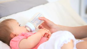 Bebê bonito alimentado na cama video estoque