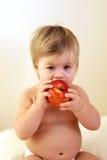 Bebê bonito com maçã vermelha Fotografia de Stock