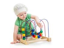 Bebê bonito com o brinquedo educacional da cor Foto de Stock