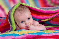 Bebê bonito com o dedo na boca Fotografia de Stock Royalty Free