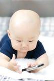 Bebê bonito com telemóvel foto de stock royalty free