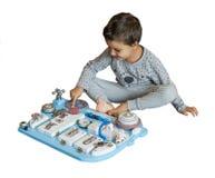 Bebê bonito da criança que joga com placa ocupada em casa fotos de stock