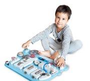 Bebê bonito da criança que joga com placa ocupada em casa imagem de stock