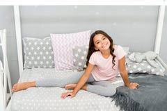 Bebê bonito da menina com os pijamas longos do desgaste do cabelo encaracolado Cabelo cada sonho da menina Rotina da noite com ca imagem de stock royalty free