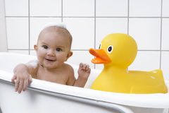 Bebê bonito em uma banheira Imagem de Stock