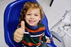 Bebê bonito em uma camiseta listrada na recepção no dentista Foto de Stock