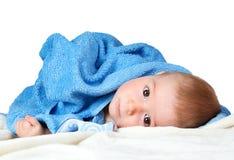 Bebê bonito em uma toalha Fotos de Stock Royalty Free