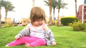 Bebê bonito feliz no parque filme