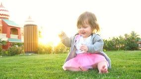 Bebê bonito feliz no parque vídeos de arquivo