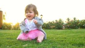 Bebê bonito feliz no parque video estoque