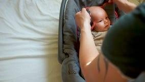 Bebê bonito, menino, no banco de carro Os mordentes largos impedem prender o cinto de segurança Segurança das crianças nos veícul filme