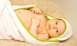 Bebê bonito na toalha Fotografia de Stock Royalty Free