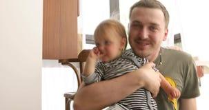 Bebê bonito nas mãos do pai de sorriso vídeos de arquivo