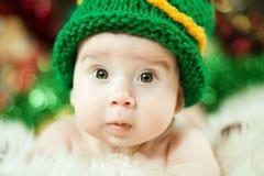 Bebê bonito no chapéu de confecção de malhas verde fotos de stock